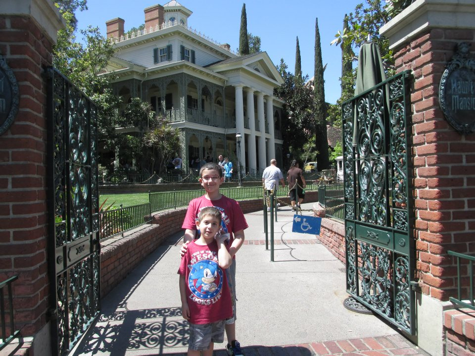 disneyland-california-haunted-mansion-boys