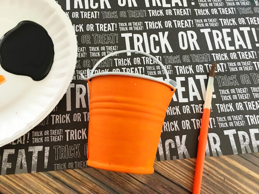 dollar-store-diy-jack-olantern-treat-buckets3