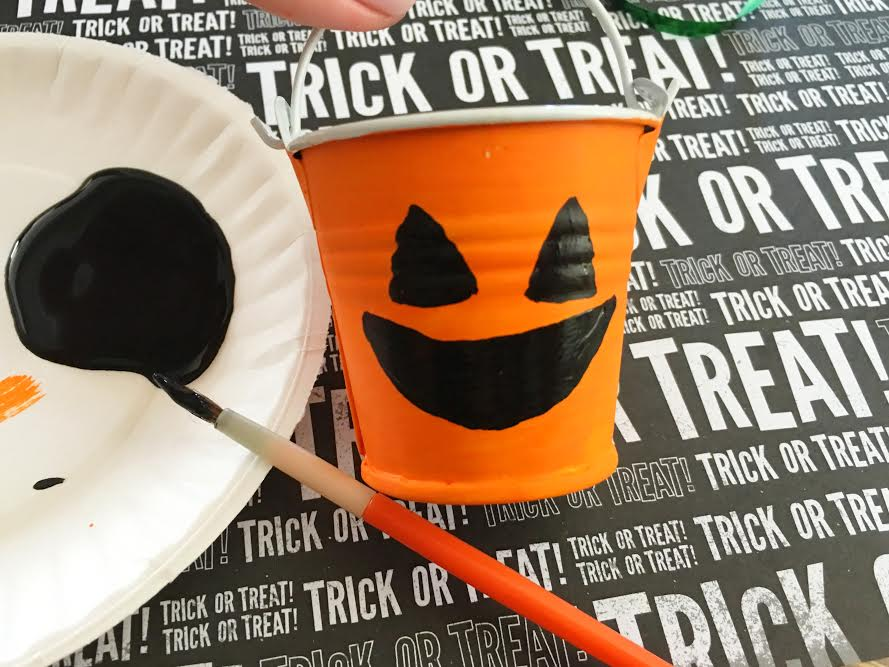 dollar-store-diy-jack-olantern-treat-buckets4