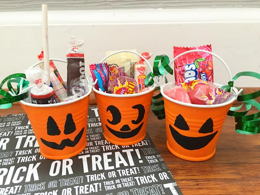 dollar-store-diy-jack-olantern-treat-buckets6