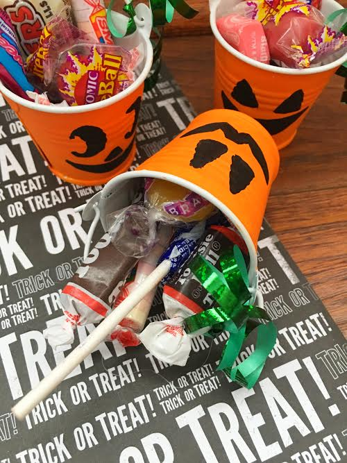 dollar-store-diy-jack-olantern-treat-buckets7
